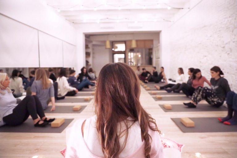 yoga nidra cuencos de cuarzo yogaislovebcn natalia evangelista